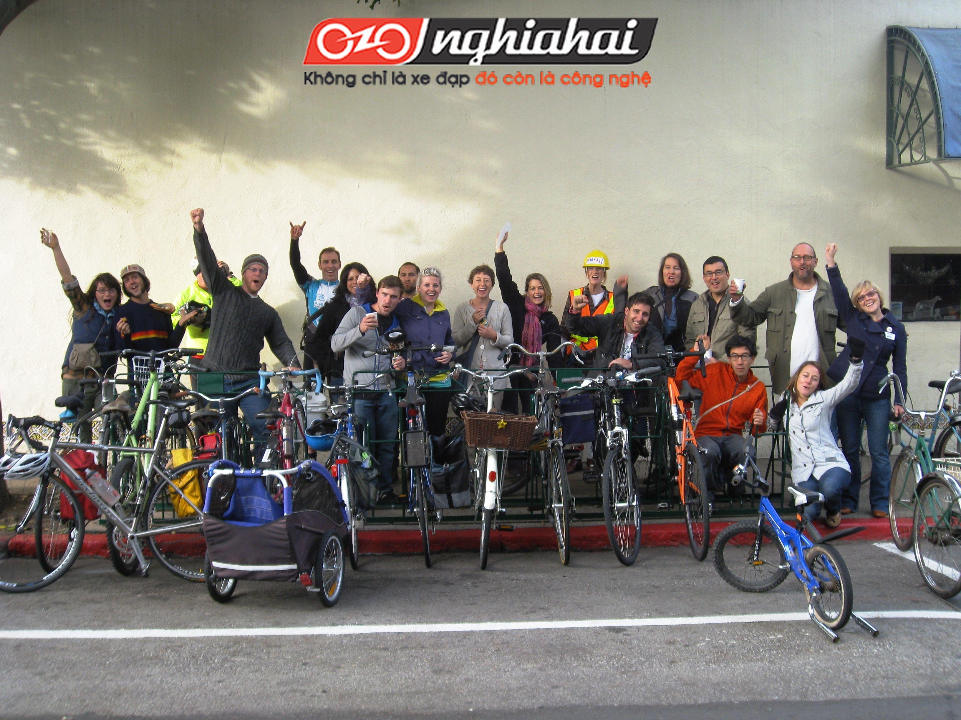 Hàng trăm người đổ xô bán dầu cho bàn đạp xe đạp 3