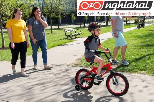 Có nên chuyển xe đạp trẻ em cho bé 1