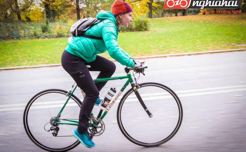 Một vận động viên phối hợp yêu thích đạp xe 4