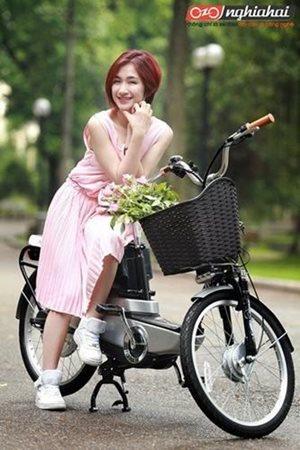 Hòa Minzy Khoe dáng cùng xe đạp điện 1