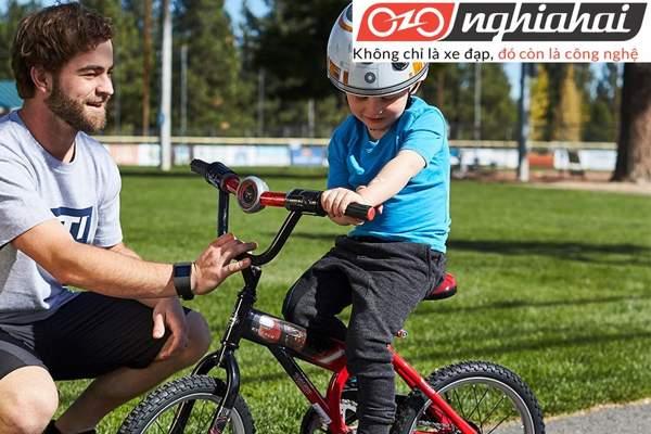 Có nên chuyển xe đạp trẻ em cho bé 2